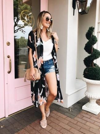 Comment porter: kimono à fleurs noir, débardeur en dentelle blanc, short en denim déchiré bleu, sandales plates en daim beiges
