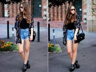 Comment porter: kimono à fleurs noir et blanc, débardeur noir, short en denim bleu clair, bottines en cuir noires