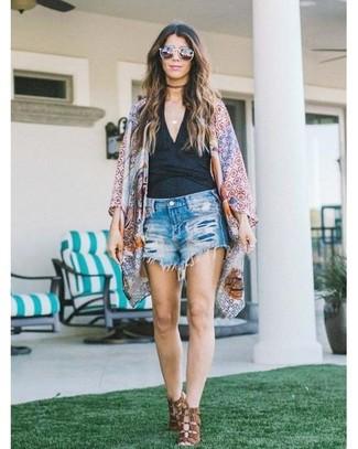 Comment porter: kimono géométrique multicolore, débardeur noir, short en denim déchiré bleu, sandales à talons en cuir marron