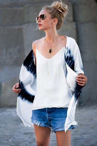 Comment porter un short en denim bleu: Pense à harmoniser un kimono imprimé tie-dye blanc et bleu marine avec un short en denim bleu pour affronter sans effort les défis que la journée te réserve.