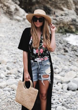 Comment porter: kimono noir, maillot de bain une pièce à fleurs noir, short en denim déchiré bleu clair, sac fourre-tout de paille marron clair