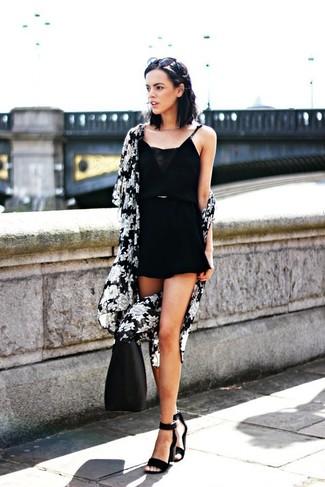 Comment porter: kimono à fleurs noir et blanc, combishort noir, sandales à talons en daim noires, sac fourre-tout en cuir noir