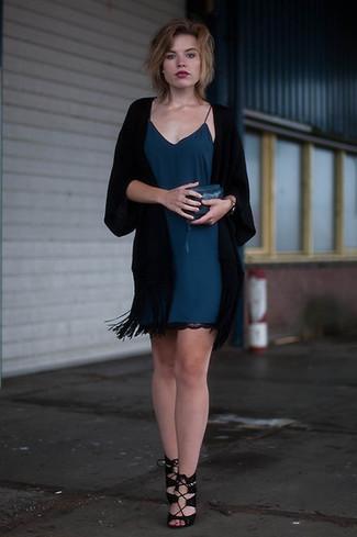 Comment porter: kimono noir, robe nuisette bleu canard, sandales à talons en daim noires, pochette en cuir bleu canard
