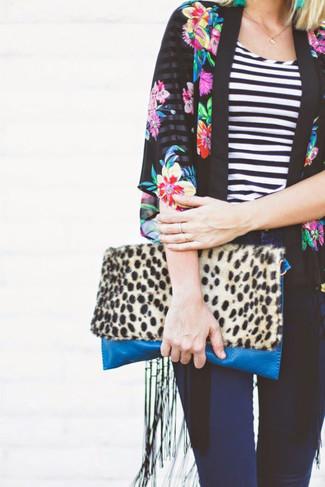 Comment porter un kimono à fleurs noir et blanc: Associe un kimono à fleurs noir et blanc avec un jean skinny bleu marine pour un look de tous les jours facile à porter.