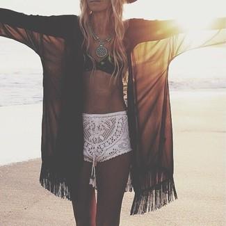 Comment porter: kimono en chiffon noir, top de bikini en crochet noir, short en crochet blanc, collier argenté