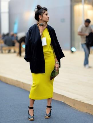 Opte pour un kimono noir avec une pochette en cuir olive pour une impression décontractée. Complète cet ensemble avec une paire de des sandales compensées en cuir noires pour afficher ton expertise vestimentaire.
