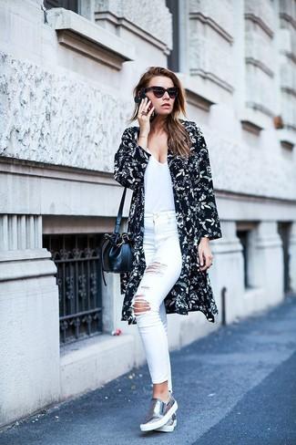 Comment porter: kimono à fleurs noir et blanc, t-shirt à col en v blanc, jean skinny déchiré blanc, jean skinny blanc
