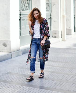 Comment porter: kimono à fleurs noir, t-shirt à col rond blanc, jean boyfriend déchiré bleu, sandales plates en cuir noires