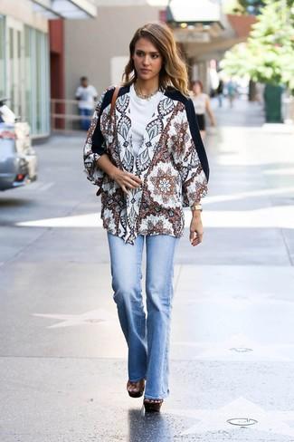 Comment porter: kimono imprimé blanc, t-shirt à col rond blanc, jean flare bleu clair, sandales à talons en cuir épaisses marron
