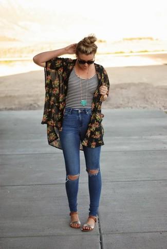 Comment porter: kimono à fleurs noir, t-shirt à col rond à rayures horizontales blanc et noir, jean skinny déchiré bleu, sandales plates en cuir argentées