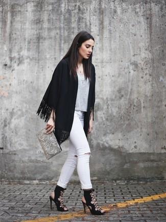 Comment porter: kimono à franges noir, t-shirt à col rond gris, jean skinny déchiré blanc, sandales spartiates en daim noires