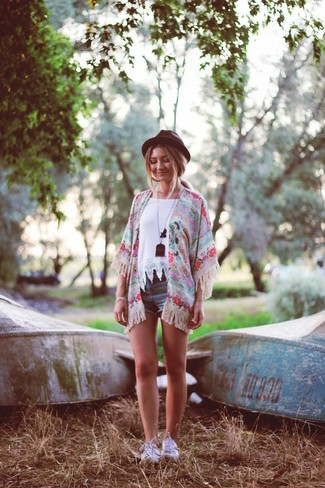 Choisis un kimono à fleurs rose Choies et un short en denim bleu pour achever un style chic et glamour. Cette tenue se complète parfaitement avec une paire de des baskets basses blanches.