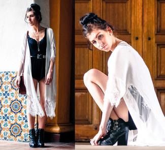 Comment porter: kimono en dentelle blanc, top court en dentelle noir, combishort noir, bottines en cuir noires