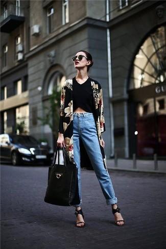 Comment porter: kimono à fleurs noir, top court noir, jean bleu clair, sandales à talons en cuir noires