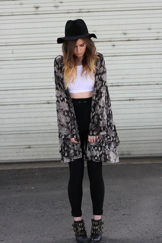 Comment porter: kimono à fleurs noir et blanc, top court blanc, jean skinny noir, bottines en cuir ornées noires