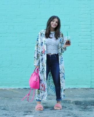 Comment porter: kimono imprimé blanc, top court en dentelle blanc, jean skinny bleu marine, sandales plates en fourrure roses