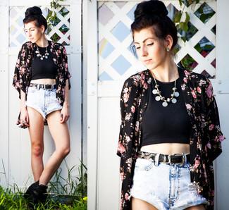 Comment porter: kimono à fleurs noir, top court noir, short en denim bleu clair, bottines en cuir noires