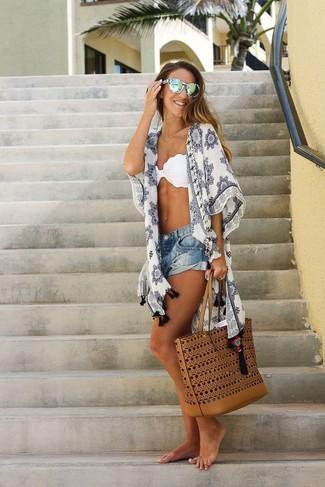 Comment porter un short en denim bleu: Pense à associer un kimono imprimé blanc avec un short en denim bleu pour un look de tous les jours facile à porter.