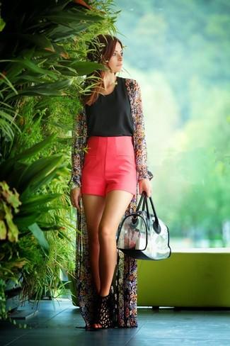Comment porter: kimono à fleurs noir, top sans manches noir, short fuchsia, sandales à talons en daim noires