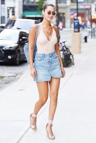 Comment porter: maillot de bain une pièce blanc, minijupe en denim bleu clair, sandales à talons élastiques beiges, sac à dos matelassé bleu clair