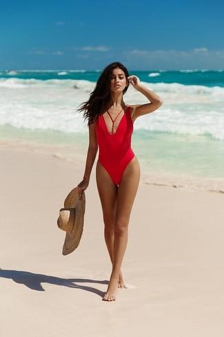 Comment porter: maillot de bain une pièce rouge, chapeau de paille marron clair
