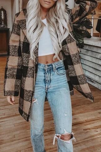 Comment porter des vêtements de dessus à carreaux: Harmonise des vêtements de dessus à carreaux avec un jean déchiré bleu clair pour achever un look chic.