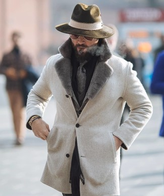 Comment porter: manteau à col fourrure beige, blazer en laine à chevrons gris, chemise de ville noire, pantalon de costume noir