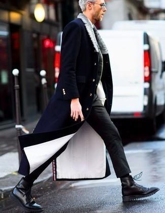 Comment porter un blazer en laine gris quand il fait frais: Marie un blazer en laine gris avec un pantalon chino gris foncé si tu recherches un look stylé et soigné. Une paire de des bottes de loisirs en cuir noires est une option parfait pour complèter cette tenue.
