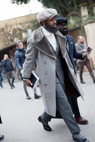 Comment porter: manteau à col fourrure gris, blazer croisé à rayures verticales gris, chemise de ville blanche, pantalon de costume à rayures verticales gris