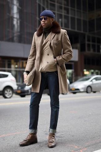 Comment porter un blazer croisé beige: Opte pour un blazer croisé beige avec un jean bleu marine si tu recherches un look stylé et soigné. Tu veux y aller doucement avec les chaussures? Assortis cette tenue avec une paire de des bottes de loisirs en cuir marron pour la journée.
