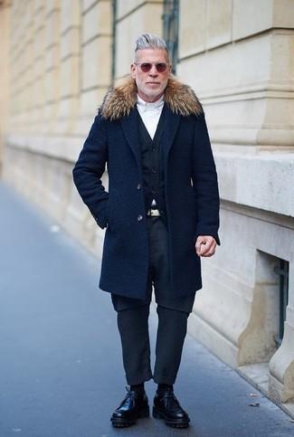 Tenue de Nick Wooster: Manteau à col fourrure bleu marine, Cardigan bleu marine, Chemise de ville blanche, Pantalon chino bleu marine