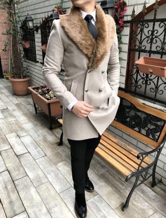 Comment porter: manteau à col fourrure beige, chemise de ville blanche, pantalon chino noir, bottines chelsea en daim noires