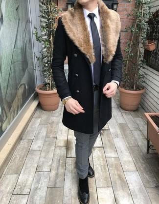 Comment porter: manteau à col fourrure noir, chemise de ville blanche, pantalon de costume gris, bottes brogue en daim noires