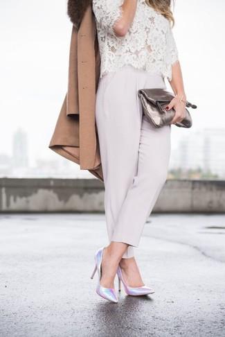 Comment porter: manteau à col fourrure marron, chemisier à manches courtes en dentelle blanc, pantalon carotte gris, escarpins en cuir argentés