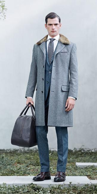 Comment porter: manteau à col fourrure à chevrons gris, costume en laine à rayures verticales bleu, chemise de ville blanche, double monks en cuir marron foncé