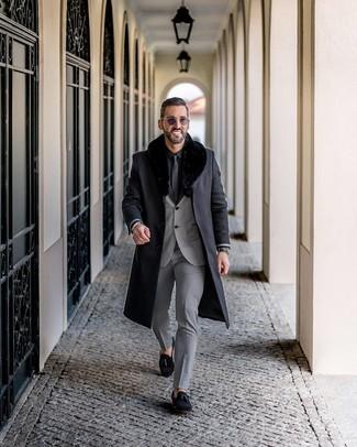 Comment porter: manteau à col fourrure noir, costume gris, chemise de ville noire, mocassins à pampilles en daim noirs