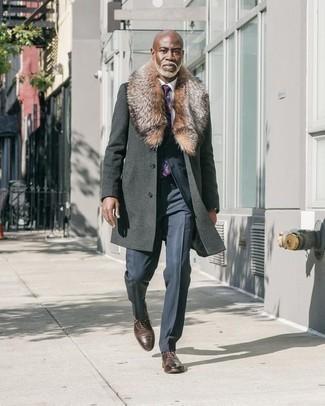 Comment porter des chaussures richelieu en cuir marron foncé quand il fait frais: Pense à associer un manteau à col fourrure gris foncé avec un costume à rayures verticales bleu marine pour un look pointu et élégant. Cet ensemble est parfait avec une paire de des chaussures richelieu en cuir marron foncé.