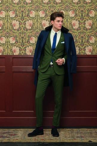 Comment porter: manteau à col fourrure bleu marine, costume vert foncé, chemise de ville blanche, chaussures brogues en daim noires