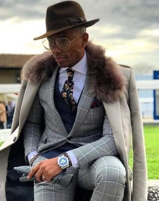 Comment porter: manteau à col fourrure beige, costume à carreaux gris, gilet bleu marine, chemise de ville blanche