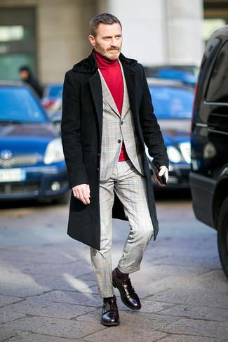 Comment porter des chaussettes bordeaux: Essaie d'harmoniser un manteau à col fourrure noir avec des chaussettes bordeaux pour un look confortable et décontracté. Choisis une paire de des double monks en cuir bordeaux pour afficher ton expertise vestimentaire.