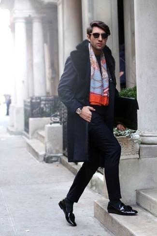 Comment porter des chaussettes bleu marine à 30 ans: Associe un manteau à col fourrure bleu marine avec des chaussettes bleu marine pour une tenue relax mais stylée. Une paire de des mocassins à pampilles en cuir noirs rendra élégant même le plus décontracté des looks.
