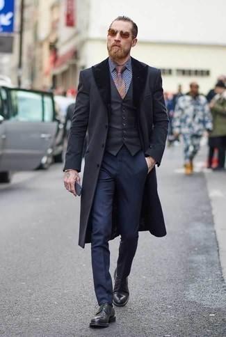 Comment porter un bracelet doré: Pense à associer un manteau à col fourrure gris foncé avec un bracelet doré pour un look idéal le week-end. Jouez la carte classique pour les chaussures et assortis cette tenue avec une paire de des chaussures derby en cuir noires.