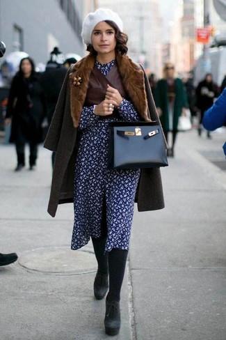 Tenue: Manteau à col fourrure marron foncé, Gilet sans manches en cuir marron foncé, Robe chemise à fleurs bleu marine, Bottines en daim épaisses noires