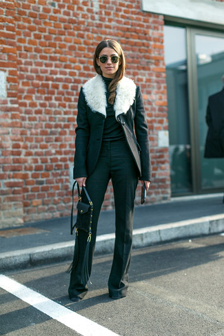 Comment porter: manteau à col fourrure noir et blanc, pull à col roulé noir, pantalon flare noir, sac bandoulière en cuir noir