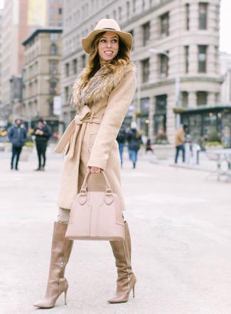Comment porter: manteau à col fourrure beige, pantalon slim beige, bottes hauteur genou en cuir marron clair, sac fourre-tout en cuir beige