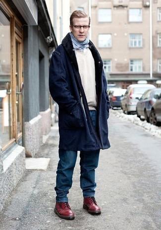 Comment porter un jean avec des bottes de loisirs: Associer un manteau à col fourrure bleu marine avec un jean est une option astucieux pour une journée au bureau. Une paire de des bottes de loisirs s'intégrera de manière fluide à une grande variété de tenues.