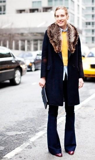 Comment porter: manteau à col fourrure bleu marine, pull à col rond jaune, chemise de ville bleu clair, pantalon large bleu marine
