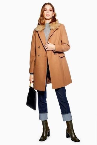 Comment porter: manteau à col fourrure marron clair, pull à col rond gris, jean bleu marine, bottines chelsea en cuir marron foncé