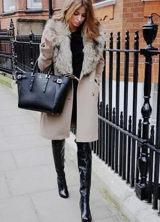 Comment porter: manteau à col fourrure beige, pull à col rond noir, jean skinny noir, cuissardes en cuir noires