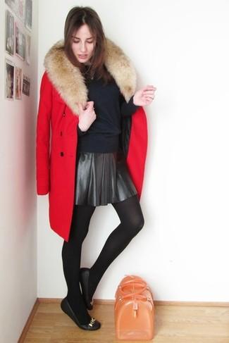 Comment porter: manteau à col fourrure rouge, pull à col rond bleu marine, jupe patineuse en cuir noire, ballerines en cuir noires